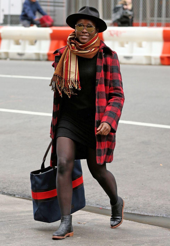 Kuscheliges Karo in Rot-Schwarz - und mit Lupita Nyong'o Streetstyle-Look geht die Sonne auf. Einen Hauch Orange in die Kombi zu bringen, hat sich gelohnt.