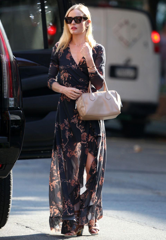 """Kate Bosworth ohne ihren geliebten Boho-Style? Undenkbar! Im bedruckten Maxi-Kleid und mit It-Bag """"Inside"""" von Prada ist die Schauspielerin in Los Angeles unterwegs."""
