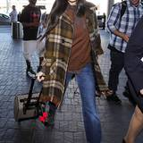 Vorbildlich: Für ihren coolen Mustermix bleibt Demi Moore in einer Farbwelt: Sie konjugiert alle Brauntöne von der Schluppenbluse mit Pünktchen, über den wärmenden Lambswool-Pulli bis zur großkarierten Jacke mit Fransenbesatz durch.