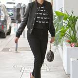 Auf den ersten Blick hätte dieser Streetstyle von Reese Witherspoon langweilig und trist wirken können. Die knallpinken Pumps jedoch verpassen dem Outfit eine Prise Extravaganz.