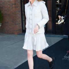 Zart trifft auf hart: Schauspielerin Kristen Stewart in einem weißen Military-Ensemble und schwarzen Accessoires.