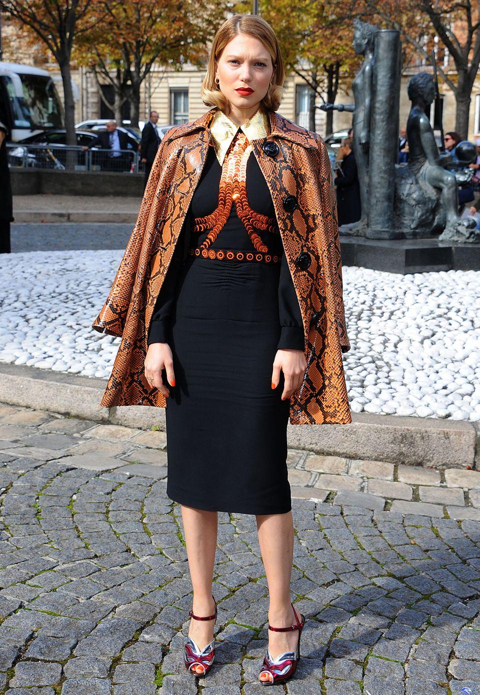 Schauspielerin Léa Seydoux setzt auf schimmernden Luxus: Die Edelmetall-Elemente ihres Kleides werden durch den orangefarbenen Mantel aus Pythonleder eingerahmt.