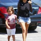 Kourtney Kardashian und Söhnchen Mason haben den Streetstyle perfektioniert. Zu kurzen Denim-Shorts und einem schlichten, schwarzen Shirt trägt die dreifache Mutter elegante Riemchen-Sandaletten.