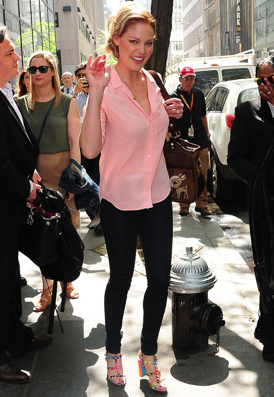 Schauspieler Katherine Heigl hat gut lachen: Zur Sommerbluse in hellem Koralle kombiniert sie trendy Regenbogen-Sandaletten von Stardesigner Valentino.