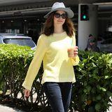 Emmy Rossum lässt die Sonne aufgehen mit ihrem leichten Sommerpulli zu ihren schmalen, dunklen Jeans, die sie mit Lackballerinas kombiniert. Hut und Sonnenbrille geben dem casual Look einen mondänen Touch.