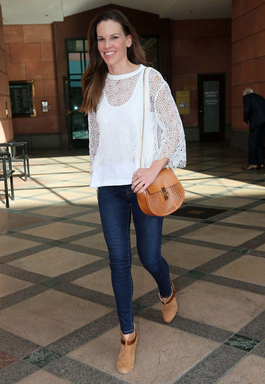"""Natürliche Schönheit, gepaart mit unaufgeregtem Stil: Hilary Swank spaziert mit ihrer camelfarbenen """"Drew""""-Bag von Chloé und einem romantischen Outfit bestehend aus Skinny-Jeans und Häkelbluse durch Los Angeles."""
