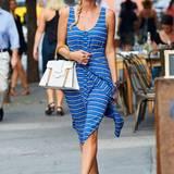 Auch als frischgebackene Ehefrau bleibt Nicky Hilton ihrem femininen, lässigen Stil treu. Zum blau-gestreiften Midi-Kleid kombiniert sie braune Leder-High-Heels.