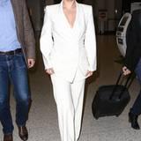 Wie eine Uniform wirkt Lady Gagas blütenweißer Hosenanzug. Ganz im Stil der Powerfrauen strahlt sie Stärke und Selbstbestimmung aus.