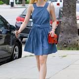 Jung, fröhlich und wunderbar unkompliziert ist der Look von Schauspielerin Elle Fanning. Im verspielten Jeanskleid und mit knalliger Lackledertasche von Gucci spaziert sie zu einem Nagelstudio.