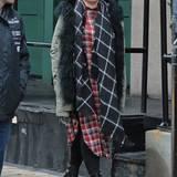 Sängerin Pink ist nicht gerade der Typ für Kleinkariertes: Sie trägt die Bluse als Kleid im Lagen-Look, wirft einen Schal drüber und einen wärmenden Parka. Die Plateau-Ancleboots geben ein feminines Fashion-Update.