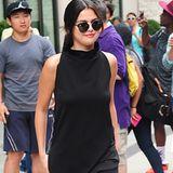 Schlicht, schwarz, umwerfend: Selena Gomez trägt den einfachsten, aber auch besten Style der Woche mit schwarzer Skinny Jeans, hochgeschlossenem Rollkragentop und zarten Sandaletten.
