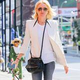 """Casual, aber classy: Naomi Watts führt ihren Hund in New York spazieren und trägt dabei zur lässigen Skinny-Jeans einen weißen Blazer, die """"Pandora""""-Tasche von Givenchy und Birkenstock-Schuhe."""