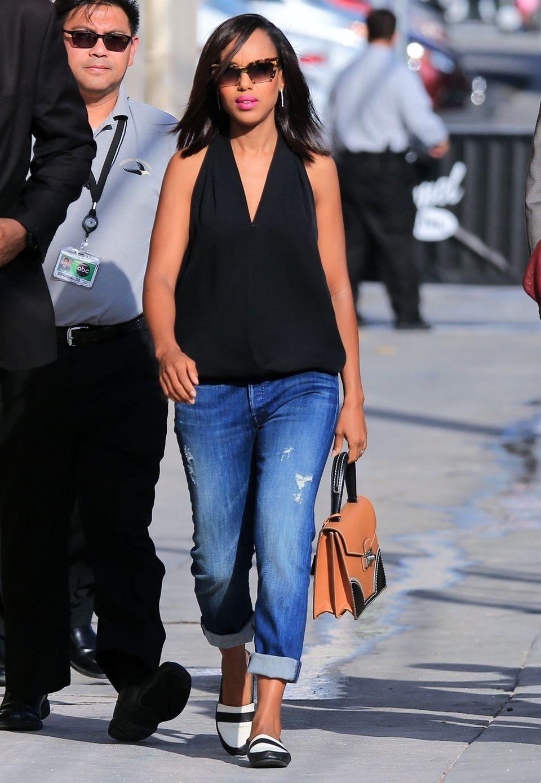 Total relaxed, aber mit Knalleffekten ist Kerry Washington in ihrer Freizeit unterwegs. Der pinke Lippenstift setzt tolle Highlights beim ansonsten sehr unaufgeregten Boyfriend-Jeans-und-Loafers-Look.
