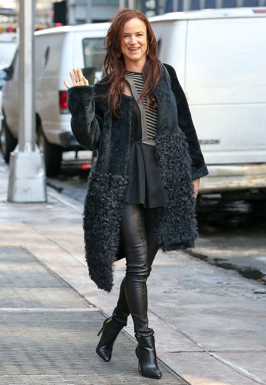 Einmal Rock-Chick, immer Rock-Chick: Juliette Lewis trägt zur Lederlegigngs einen flauschigen Mantel und große Creolen.