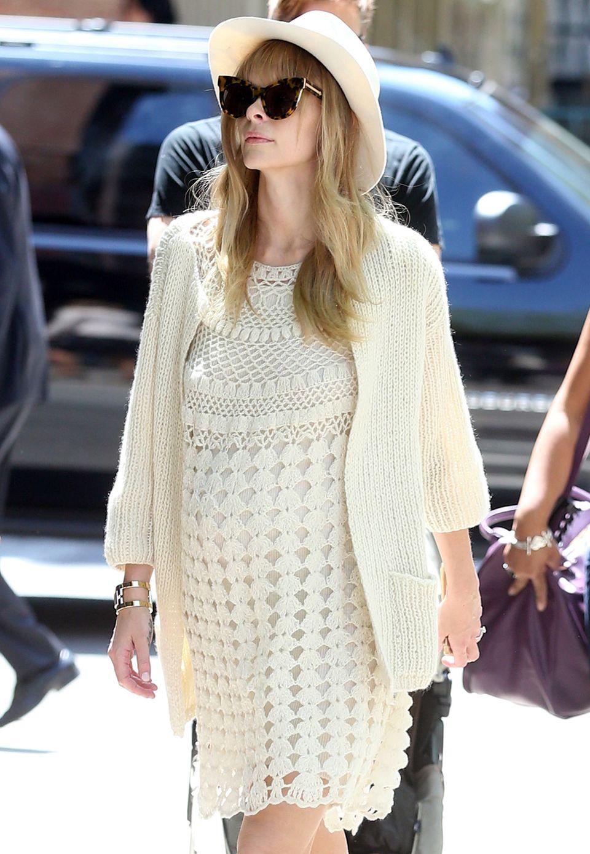 So sieht also der schwangere Strick-Chic aus: Jaime King verhüllt ihr wachsendes Baby-Bäuchlein in einen sehr femininen, cremefarbenen Lagen-Look.
