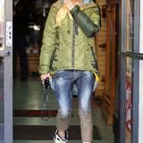 Ein typischer Look à la Gwen Stefani: lässige Boyfriend-Jeans, olivgrüner Parka und trendige Sneakers.