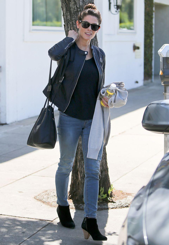"""So lässig der Look, so angesagt die Tasche: Ashley Greene und ihre schwarze """"Bucket Bag"""" (Beuteltasche) liegen voll im Trend."""