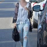 Zerfetzte Boyfriend-Jeans, weißes Hänger-Top und ein angesagter Kimono reichen Lily Collins vollkommen, um einen stylischen Alltagslook zu kreieren.