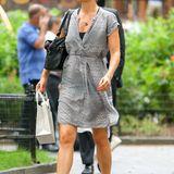 Das dänische Supermodel Helena Christensen begegnet dem New Yorker Sommer mit einem luftigen Kleid in Silbergrau und trägt dazu ganz entspannt gemusterte Flip-Flops.