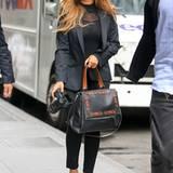 Beyoncé Knowles trägt vielleicht nicht den funktionalsten Look für einen Stadtspaziergang, dafür aber einen verdammt stylischen. Mit Kamera und It-Bag von Givenchy bewaffnet ist sie in New York unterwegs.