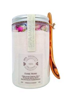 "Handgeschöpft: ""Dune Rose Himalayan Cristal Salt Scrub & Detox Bath"" mit Rosenholz, von Spa Manufactur, ca. 45 Euro"