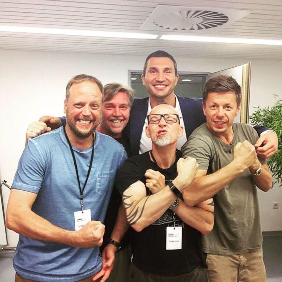 """Juni 2015  Wladimir Klitschko trifft die fantastischen Vier und und posiert mit ihnen für ein Erinnerungsfoto, sein Kommentar: """"Die Fanta 5 auf Tour;)"""""""
