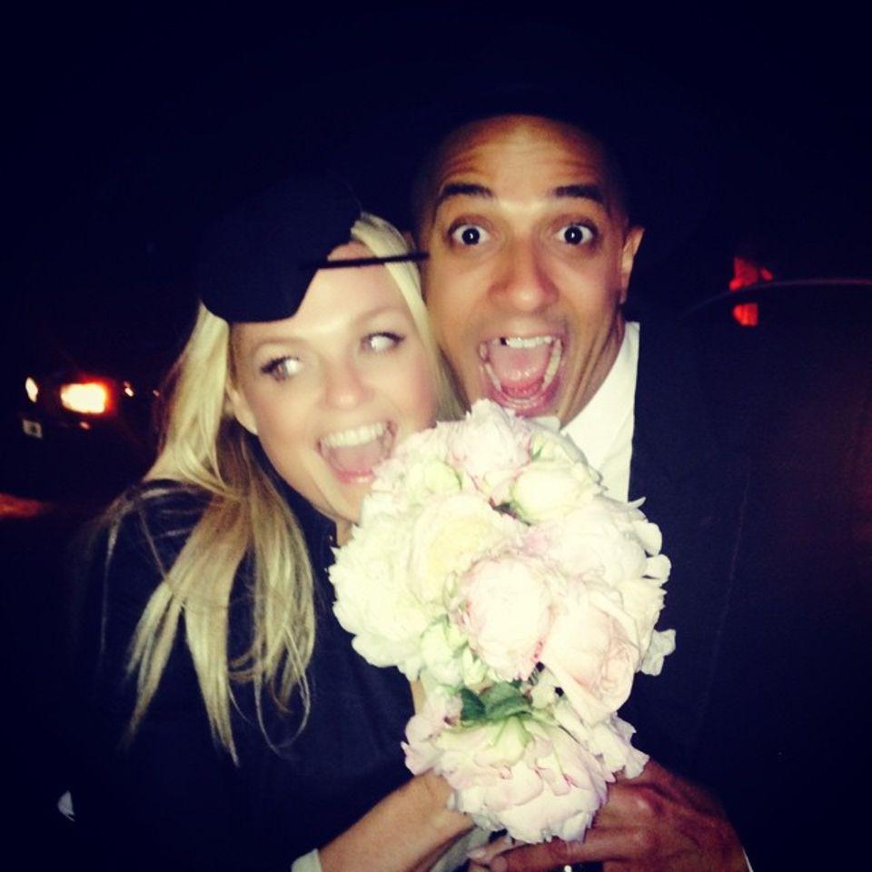 Mai 2015  Emma Bunton hat Geri Halliwells Brautstrauß gefangen. Zusammen mit Jade Jones hält sie den Strauß in die Kamera. Sind die beiden die nächsten?
