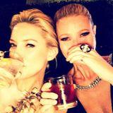 Oktober 2015  Blond Beauties: Kate Hudson und Gwyneth Paltrow müssen sich vor einer Preisverleihung erst noch Mut antrinken.