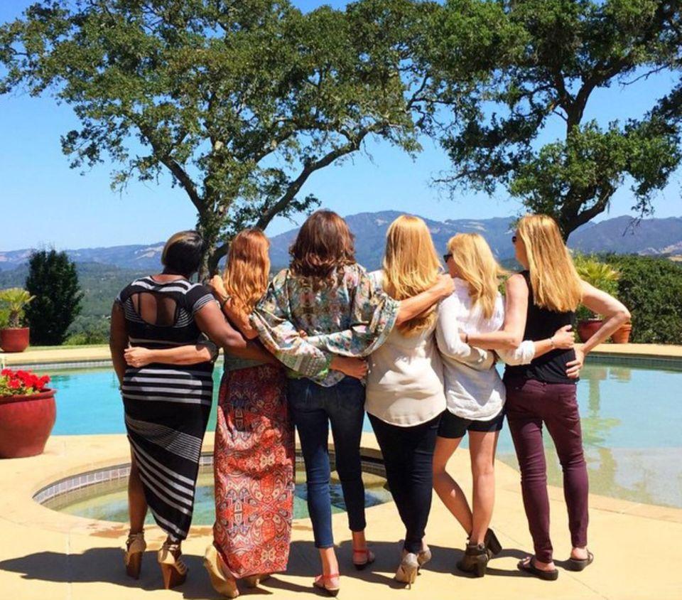 """Juni 2015  Caitlyn Jenner (3. v. l.) teilt dieses Foto von sich und Freundinnen, die sie unterstützen, mit den Worten: """"Lerne von denen, die diesen Weg vor dir gegangen sind #transistschön""""."""
