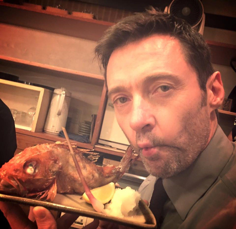 Oktober 2015  Hugh Jackman lässt sich den Fisch in Tokio schmecken.