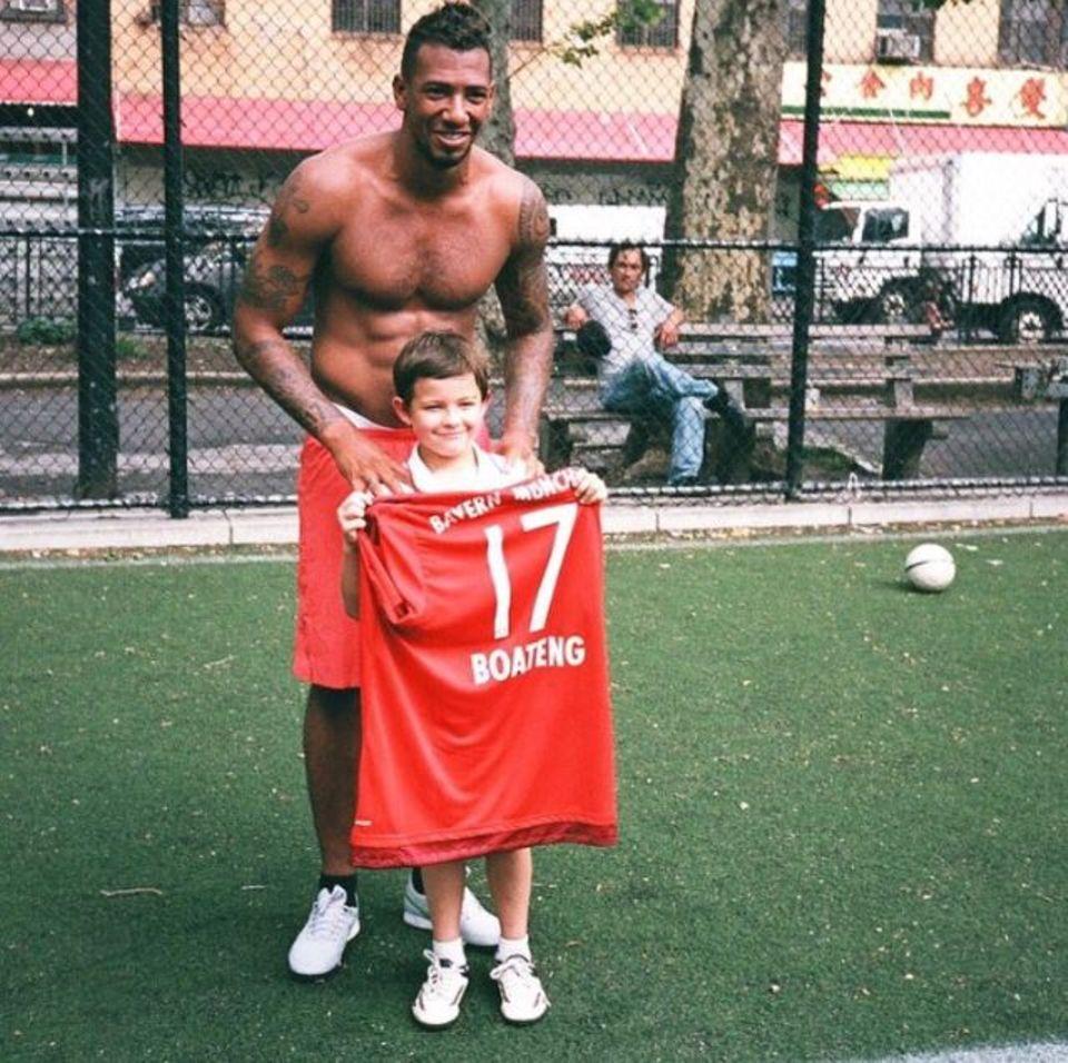 Juli 2015  Fußball-Weltmeister Jérôme Boateng überrascht im New Yorker Chinatown ein paar Straßenfußballer.
