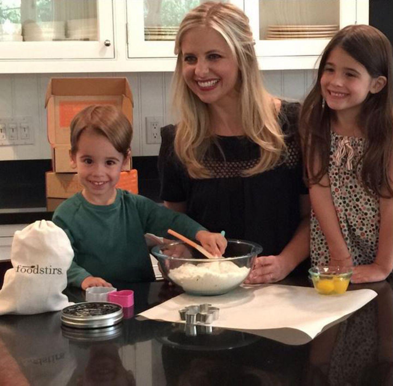 September 2015  Sarah M. Gellar genießt die Stunden mit ihrern Kindern in der Küche. Heute steht ein Kuchen auf dem Plan.