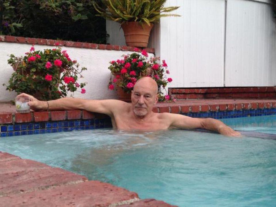 August 2015  Patrick Stewart chillt mit Drink im Pool.