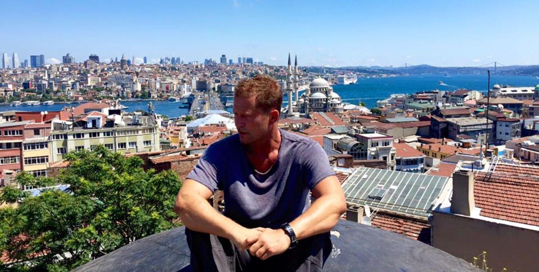 Juli 2015  Til Schweiger steht in Istanbul für den neuen Kinotatort vor der Kamera. Der Schauspieler zeigt auf Facebook über den Dächern der türkischen Metropole.