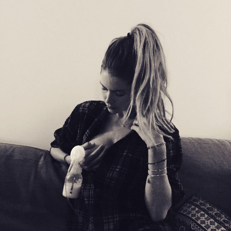 """April 2015: Doutzen Kroes schwört auf die Milchpumpe. Ganz selbstverständlich zeigt sich das Model bei ihrer """"täglichen Routine"""" auf Instagram."""