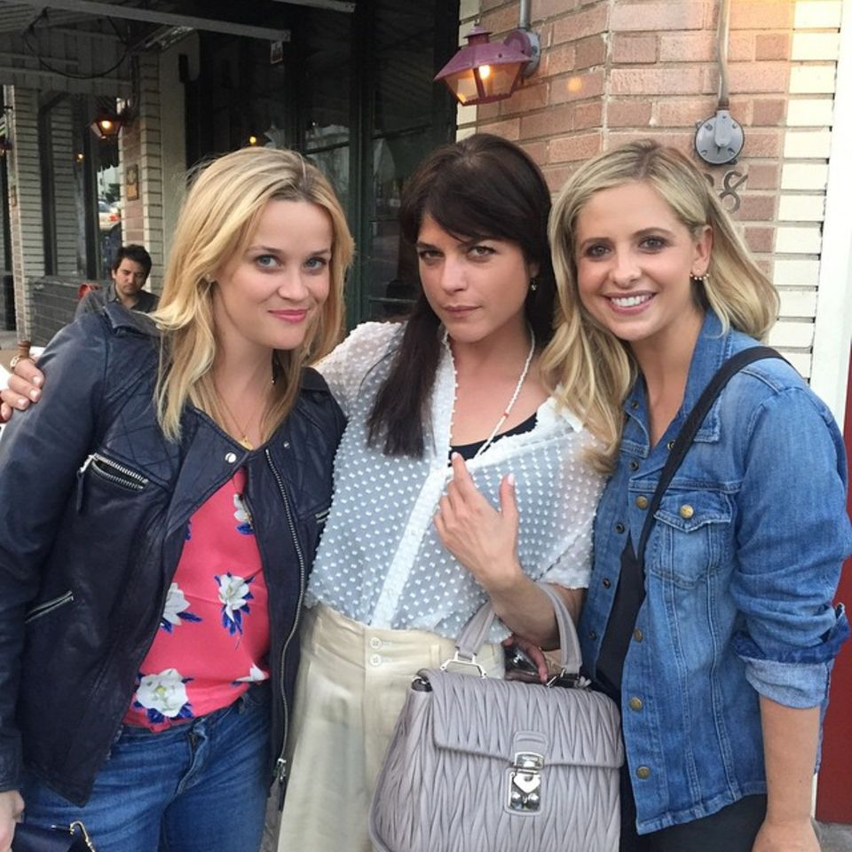 """Mai 2015  Nach Jahren treffen sich die weiblichen Hauptdarstellerinnen von """"Eiskalte Engel"""", Reese Witherspoon, Selma Blair und Sarah Michelle Prinze zur Reunion. Anlass ist ein neues Musical mit der Geschichte das Films."""