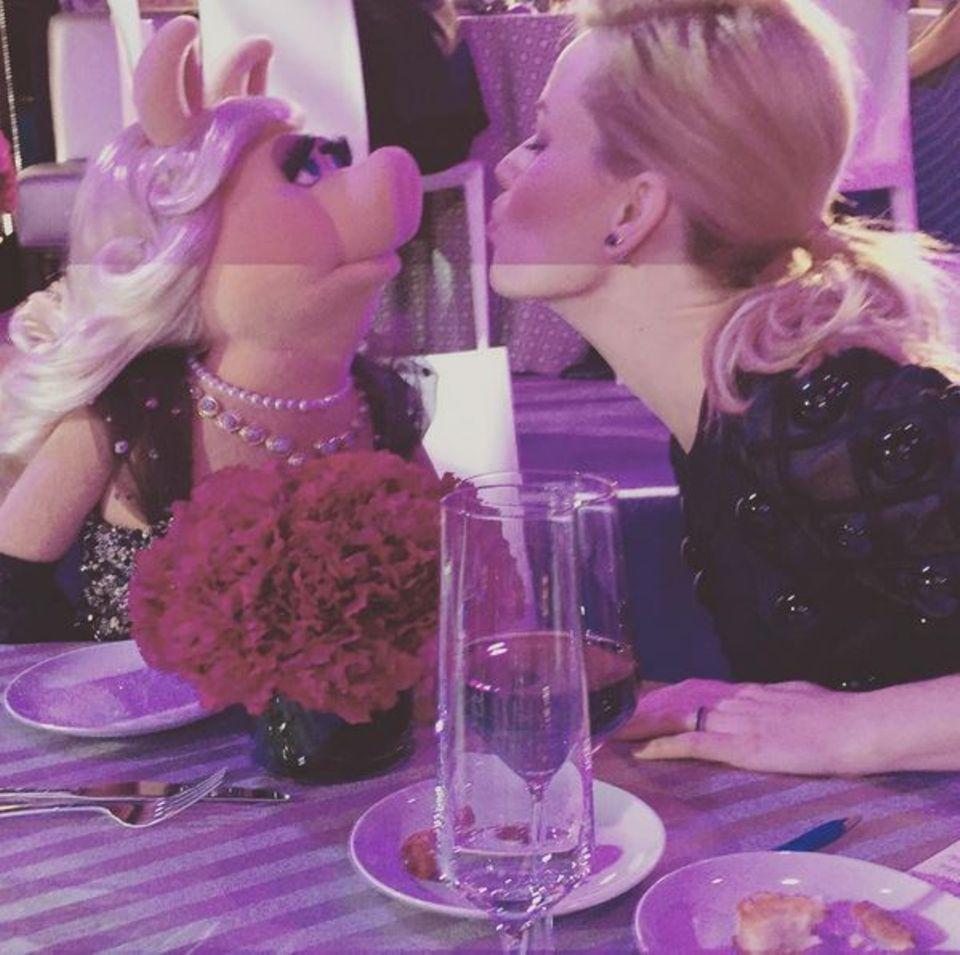 November 2015  Ganz große Liebe: Miss Piggy und Elizabeth Banks verbringen einen Abend zusammen.