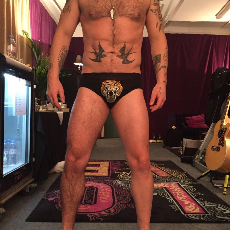 April 2015  Robbie Williams hat sich ein Bein enthaaren lassen und fragt seine Fans auf Twitter, welches Bein sie besser finden.
