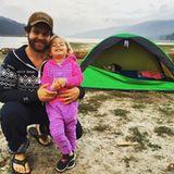 Oktober 2015  Stolz zeigt sich Papa Jack Osbourne mit seiner Tochter Pearl. Die beiden gehen das erste Mal zusammen campen.