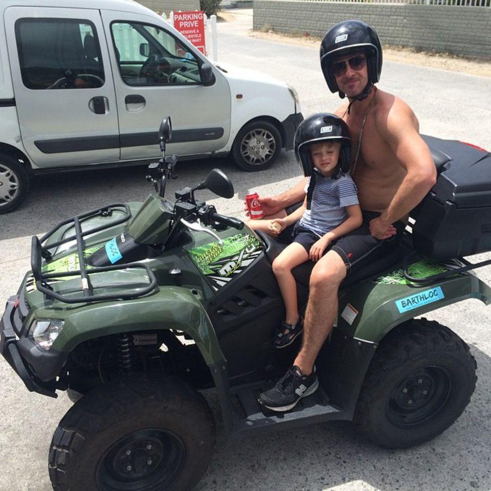"""Mai 2015   """"Wir flitzen mit dem Quad. Alle tun es"""", sagt Robin Thicke und zeigt sich mit seinem Sohn auf seinem Instagram-Account."""