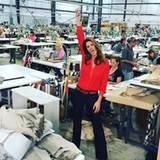 Oktober 2015  Cindy Crawford motiviert die Arbeiter in einer Frabrik in Mississippi.