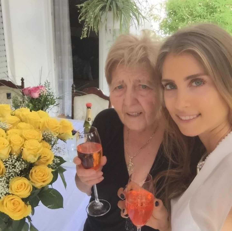 August 2015  Cathy Hummels gratuliert ihrer Oma zum 80. Geburtstag.
