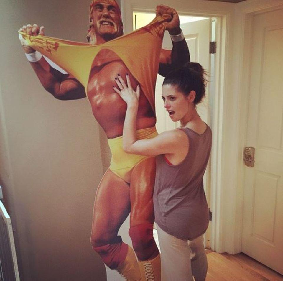 Juni 2015  Ashley Greene zeigt sich mit einem lebensgroßen Aufsteller von Hulk Hogan auf Instagram.