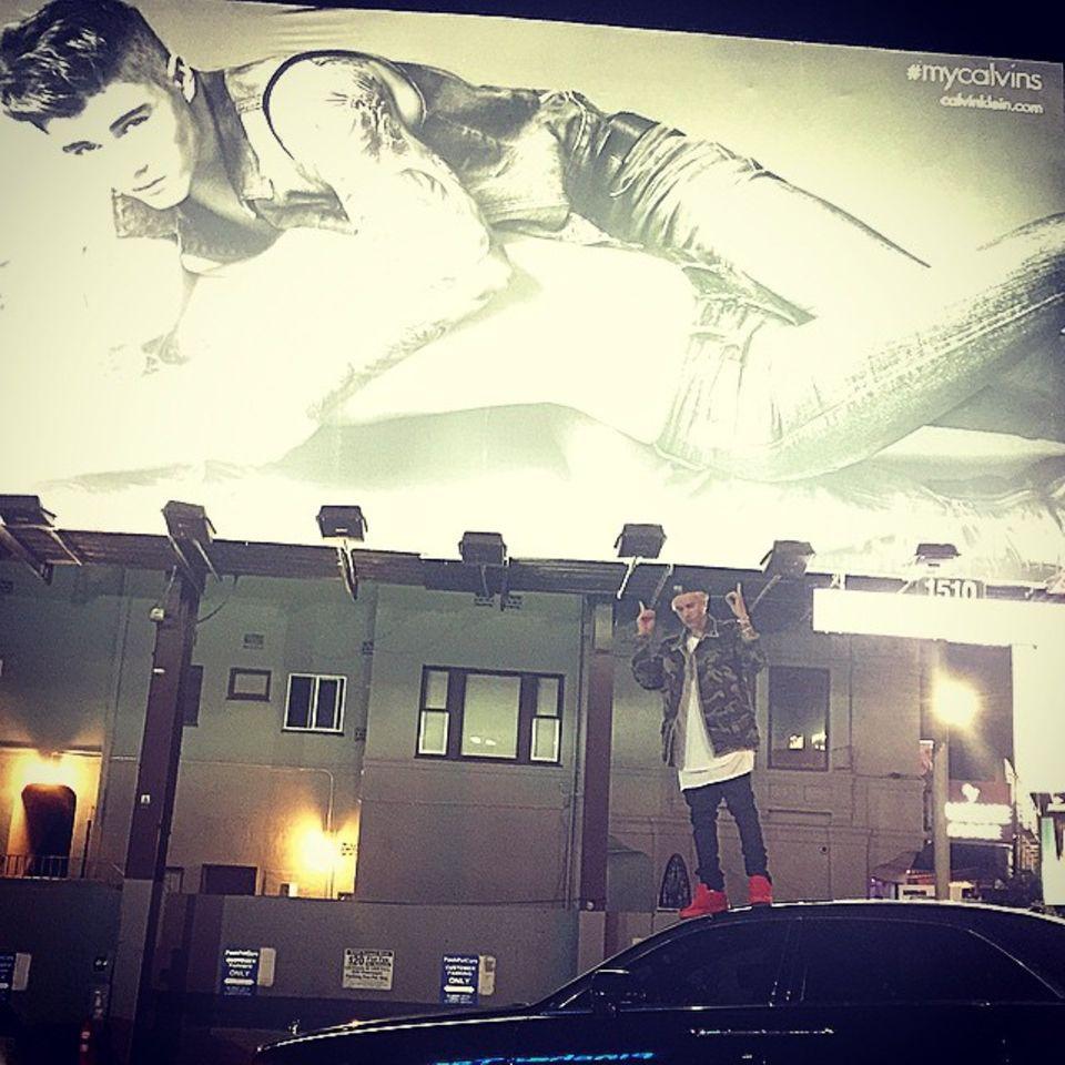 """Januar 2015  Justin Bieber ist stolz auf sich, er ziert mit Model Lara Stone riesige Plakatwände im Auftrag von """"Calvin Klein Jeans""""."""