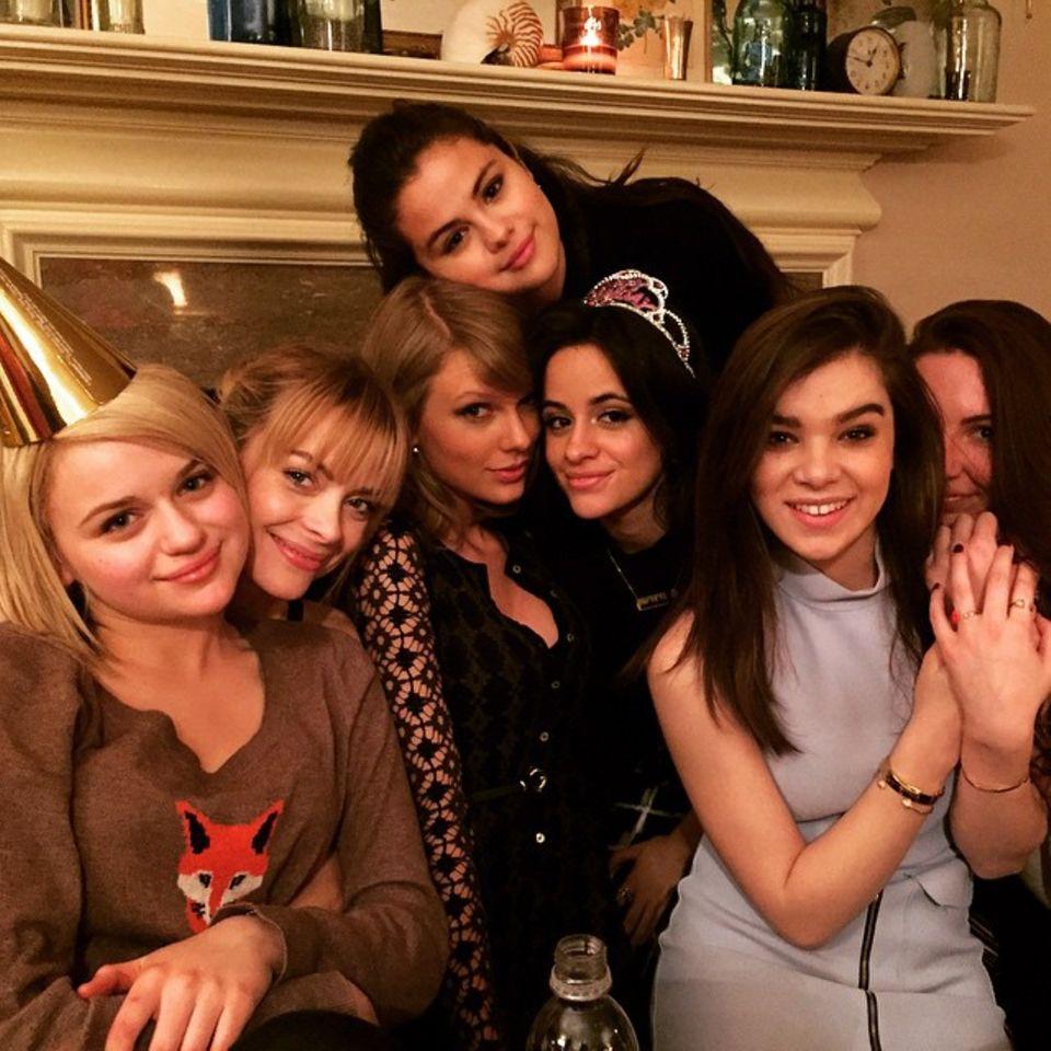 März 2015   Wohoo! Mädchenabend unter anderem mit Selena Gomez, Tyalor Swift, Sarah Hyland, Hailee Steinfeld und Jamie King. Sie feiern die Volljährigkeit von Camila Cabello mit Torte und Partyhütchen.