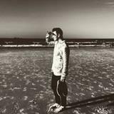 Dezember 2015  Sam Smith läuft der Sonne entgegen und genießt die Auszeit am Strand.