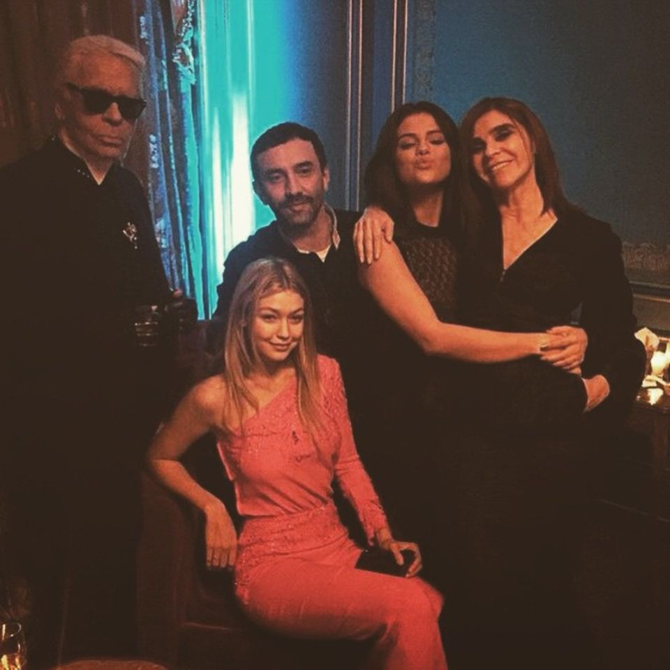 März 2015   Ein Gruppenfoto wie ein Gemälde! Zur Fashion Week in Paris kommt diese auserlesene Gruppe von Modeaffinen zusammen. Es sind Karl Lagerfeld, Ricardo Tisci, Gigi Hadid, Selena Gomez und Carine Roitfeld.