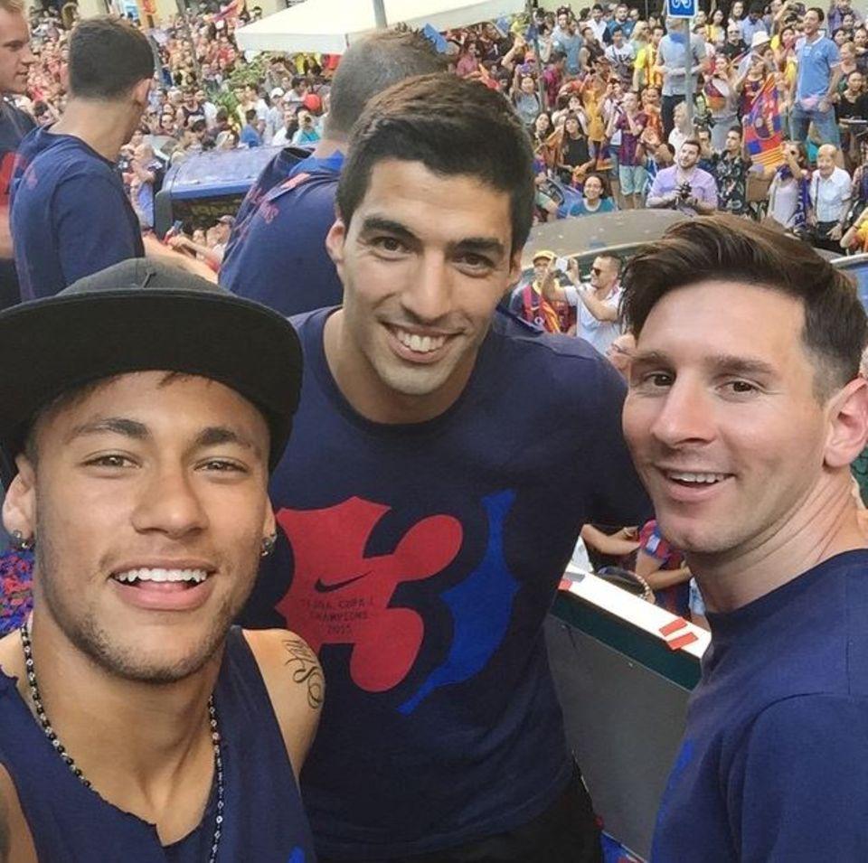 Juni 2015  Neymar Jr., Suarez und Messi freuen sich über den Empfang in Barcelona, nachdem die Mannschaft das Champions-League-Finale in Berlin gewonnen hat.