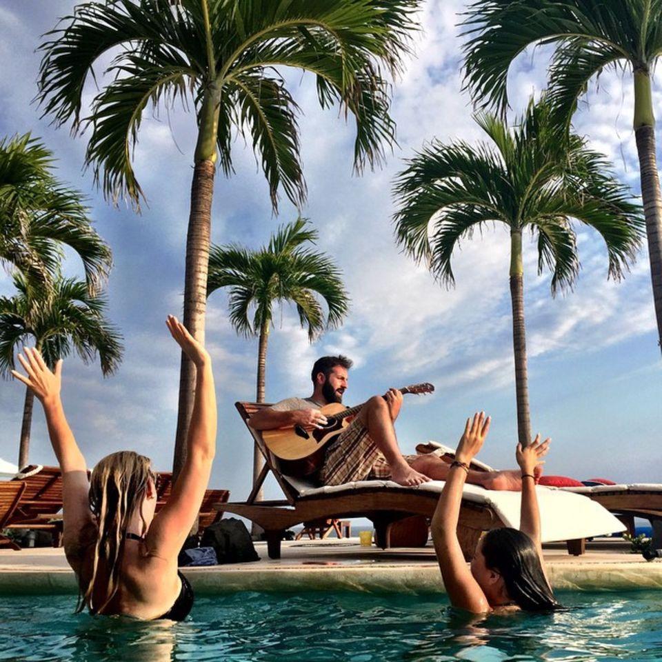 März 2015  Mexico, Sonne, Pool und ein berühmter Musiker, der ein Privatkonzert gibt, das ist Katherine Heigls Leben. Okay, man muss dazu sagen, der Musiker ist Josh Kelley, der Ehemann von Katherine, aber beneidenswert ist es trotzdem.