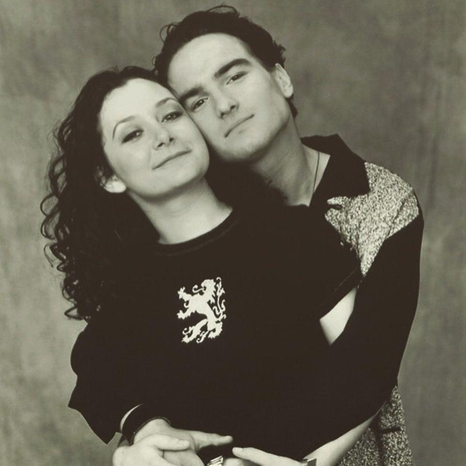 """Januar 2015  Oh wie süß! Johnny Galecki gratuliert seiner Schauspielpartnerin Sara Gilbert mit einem alten Foto aus """"Roseanne""""-Zeiten zum Geburtstag."""